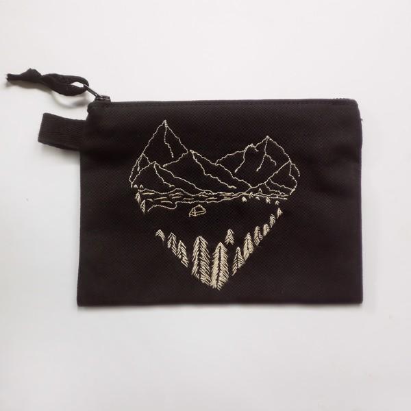 Снимка на Веган черен несесер с планински пейзаж